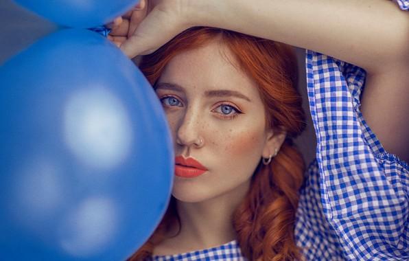 Картинка взгляд, девушка, шарики, лицо, воздушные шары, настроение, рука, портрет, помада, веснушки, рыжая, губки, рыжеволосая