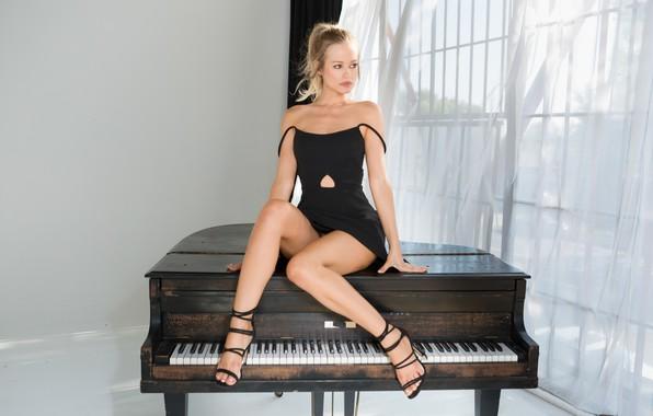 Картинка поза, модель, playboy, макияж, фигура, платье, прическа, ножки, пианино, сидит, в черном, сексуальная, босоножки, Olivia …