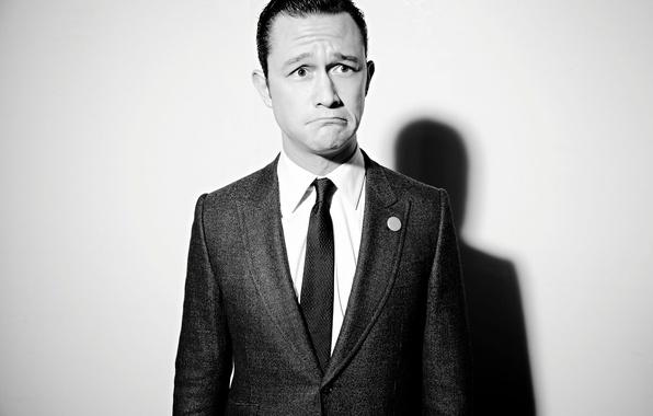 Картинка фон, тень, костюм, галстук, актер, черно-белое, пиджак, Лос-Анджелес, гримаса, фотосессия, Джозеф Гордон-Левитт, мимика, 2013, Joseph …