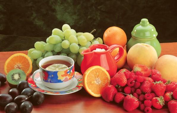 Картинка ягоды, малина, стол, чай, апельсины, киви, клубника, виноград, чашка, фрукты, натюрморт, персики, сливы