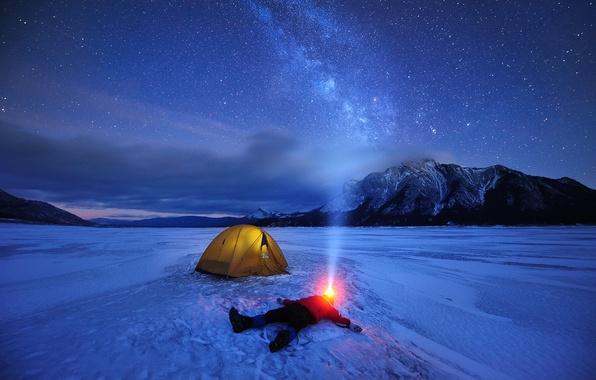 Картинка зима, небо, звезды, свет, снег, горы, ночь, озеро, человек, лёд, Канада, фонарик, палатка, млечный путь, ...
