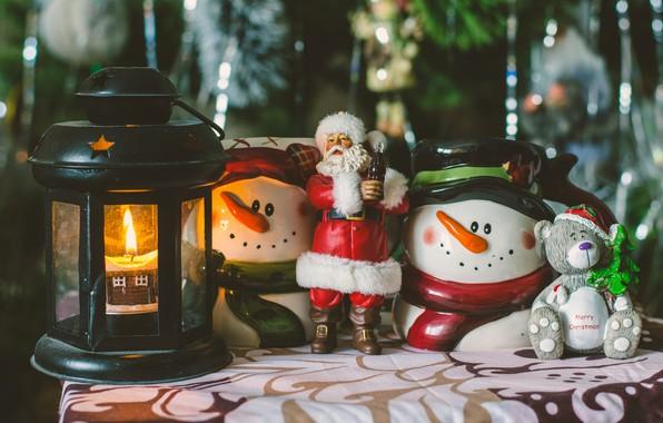 Картинка дождь, праздник, игрушки, новый год, рождество, свеча, мишка, фонарь, снеговики, ёлка, санта клаус