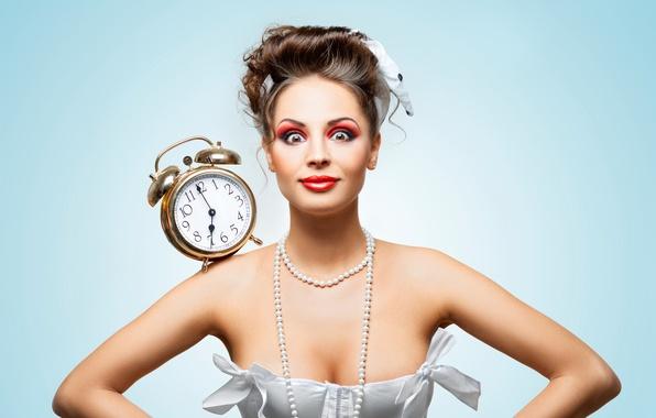 Фото обои платье, в белом, девушка, удивление, макияж, прическа, шатенка, лицо, будильник, часы, фон, бусы