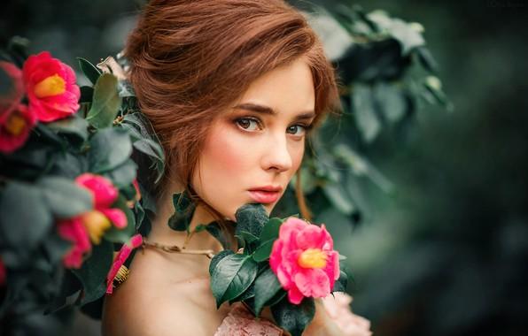 Картинка взгляд, листья, цветы, ветки, модель, портрет, макияж, сад, прическа, шатенка, красотка, боке, Александра, Olga Boyko