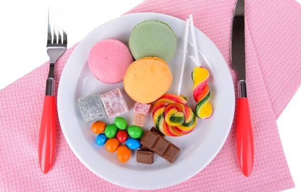 Картинка стол, шоколад, печенье, тарелка, конфеты, нож, сладости, леденцы, розовые, вилка, сервировка, салфетки