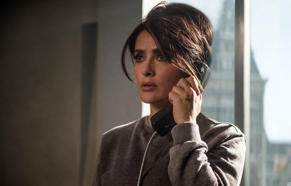 Обои кадр, окно, прическа, телефон, Сальма Хайек, Salma Hayek, The Hitman's Bodyguard, Телохранитель киллера