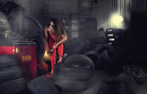 Фото обои покрышки, колесо, гараж, девушка, искры