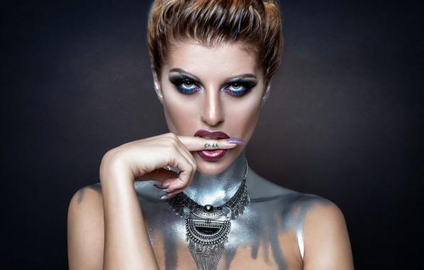 Картинка взгляд, лицо, стиль, фон, модель, краска, рука, макияж, палец, плечи, колье, маникюр, Monique Scholz