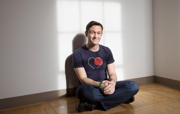 Картинка поза, улыбка, джинсы, футболка, актер, сидит, на полу, фотосессия, Джозеф Гордон-Левитт, 2013, Joseph Gordon-Levitt, LA …