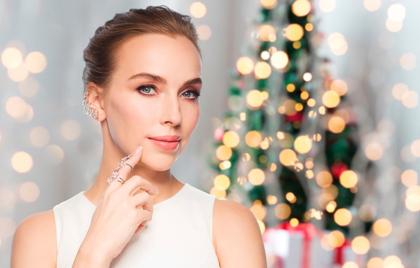 Картинка украшения, блики, фон, праздник, игрушки, новый год, рождество, макияж, прическа, ёлка, шатенка, красотка, в белом, ...