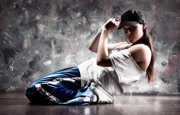 Картинка девушка, поза, фон, стена, гибкость, танец, футболка, кепка, шатенка, на полу, кроссовки, штаны