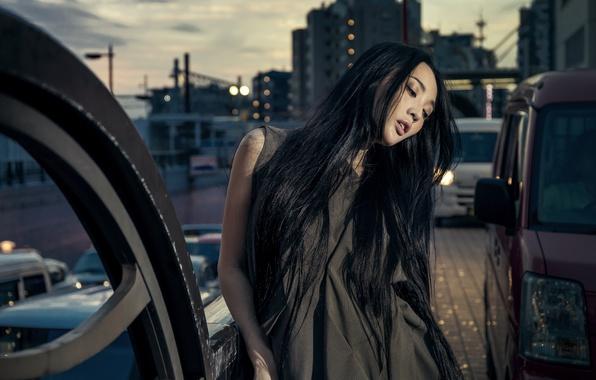 Картинка девушка, машины, город, стиль, настроение, модель, азиатка, длинные волосы