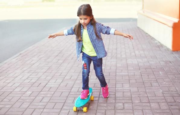 Картинка улица, ребенок, джинсы, руки, девочка, рубашка, прогулка, Skateboard, скейтборд, Little girls