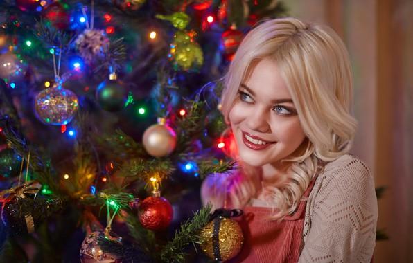 Картинка девушка, шарики, украшения, улыбка, настроение, шары, блондинка, Новый год, ёлка, локоны