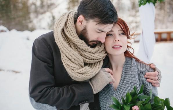Картинка зима, девушка, снег, шарф, объятия, пара, перчатки, рыжая, парень, двое, влюблённые, боке