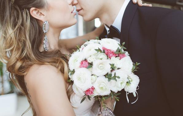 Картинка любовь, волосы, поцелуй, букет, серьги, объятия, love, невеста, свадьба, kiss, жених, bouquet, wedding, bride, embrace