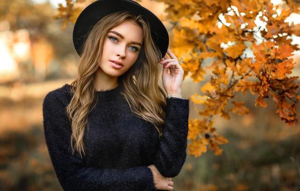 Картинка осень, взгляд, листья, ветки, поза, модель, портрет, шляпа, макияж, прическа, шатенка, красотка, в черном, боке, …