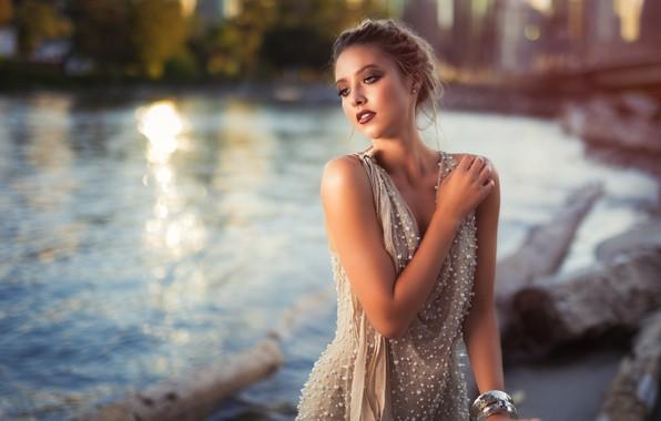Картинка city, girl, twilight, river, dress, photo, sunset, photographer, water, model, lips, face, blonde, portrait, mouth, …
