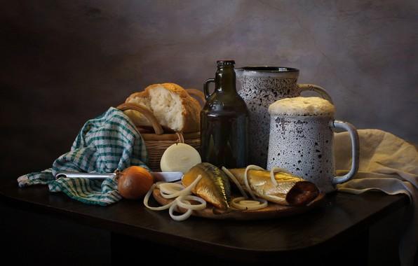 Картинка пена, стол, бутылка, пиво, полотенце, рыба, лук, хлеб, нож, кружка, доска, кувшин, натюрморт