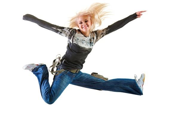 Картинка девушка, радость, поза, улыбка, настроение, прыжок, джинсы, макияж, футболка, прическа, блондинка, белый фон, кроссовки, веселье, …