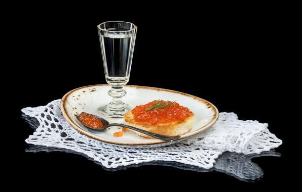 Картинка тарелка, хлеб, ложка, черный фон, водка, бутерброд, икра, рюмка, салфетка, красная икра