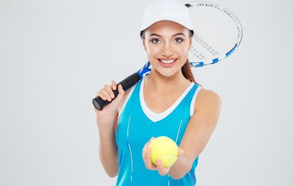Картинка девушка, улыбка, фон, майка, ракетка, кепка, мячик, спортсменка, теннис