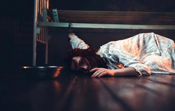 Картинка девушка, кровать, миска, наручники