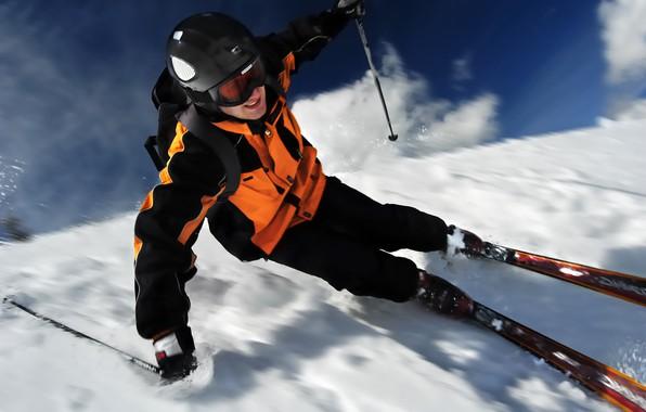 Картинка зима, снег, лыжи, палки, скорость, очки, костюм, перчатки, шлем, рюкзак, лыжник, лыжный спорт