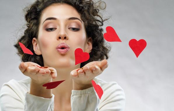 Картинка девушка, лицо, поза, фон, руки, макияж, прическа, губы, сердечки, красные, шатенка, красивая, День святого Валентина, …