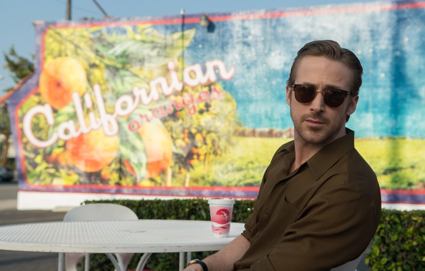 Картинка кадр, очки, рубашка, стаканчик, мелодрама, столик, Ryan Gosling, Райан Гослинг, мюзикл, Ла-Ла Ленд, La La …