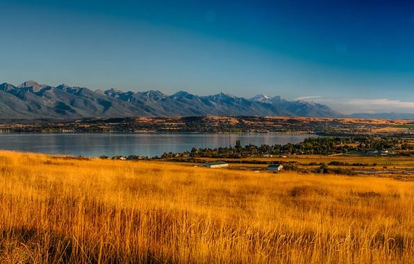 Картинка осень, небо, трава, солнце, деревья, горы, озеро, поля, равнина, долина, панорама, домики, США, Montana, Rocky …