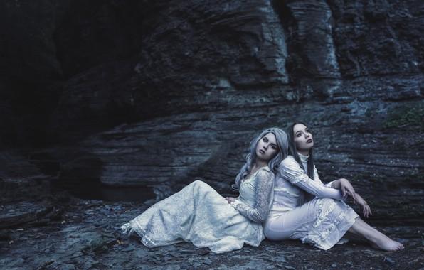Картинка природа, поза, темнота, темный фон, девушки, настроение, скалы, берег, две, портрет, ситуация, руки, блондинка, шатенка, …