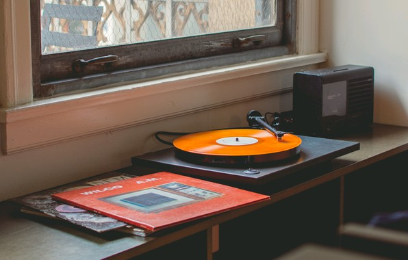Фото обои музыка, окно, граммофон, стол, виниловые пластинки