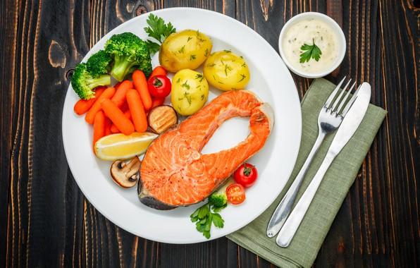 Картинка зелень, стол, рыба, тарелка, нож, вилка, овощи, помидоры, морковь, соус, салфетка, картофель