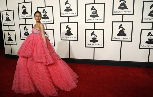Картинка певица, Rihanna, розовое платье