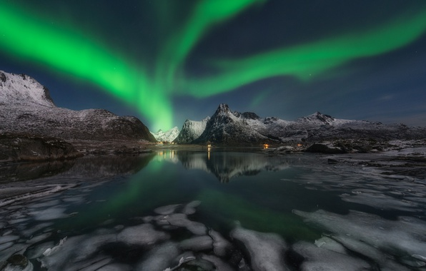 Фото обои небо, облака, горы, ночь, северное сияние, Норвегия, поселок, фьорд, Лофотенские острова