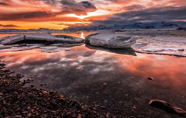 Картинка лед, зима, небо, солнце, облака, снег, пейзаж, закат, горы, тучи, галька, отражение, камни, берег, лёд, …