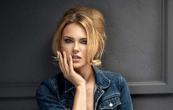 Картинка взгляд, лицо, поза, рука, портрет, макияж, прическа, блондинка, красотка, маникюр, джинсовка