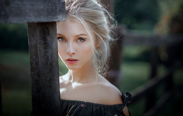 Картинка girl, green eyes, dress, photo, photographer, model, bokeh, lips, face, blonde, portrait, mouth, close up, …