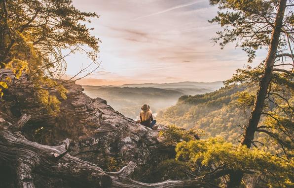 Картинка лес, девушка, деревья, пейзаж, горы, туман, скала, река, камни, рассвет, вид, джинсы, шляпа, утро, блондинка, …