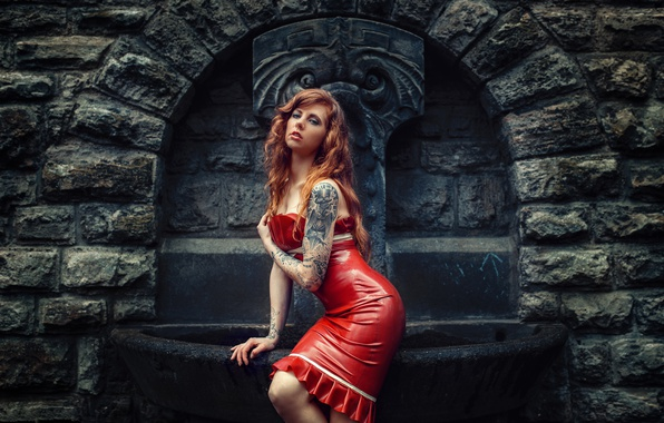 Картинка девушка, поза, стиль, модель, тату, латекс, фонтан, рыжая, красное платье, рыжеволосая, Julia Wendt