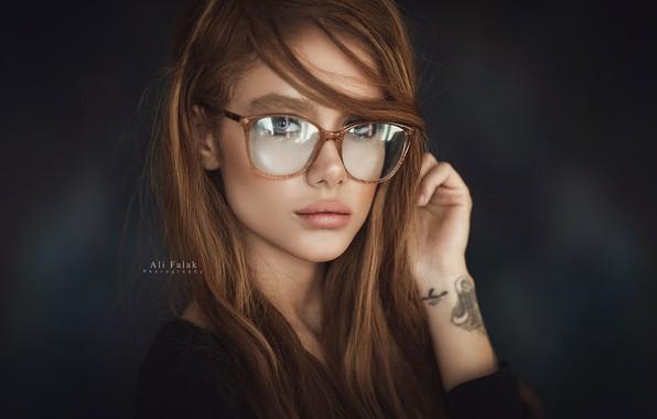Картинка поза, фон, портрет, макияж, тату, очки, прическа, шатенка, красотка, фотосессия, в черном, боке, Ali Falak