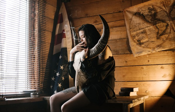 Фото обои девушка, карта, флаг, сигарета, Halloween, рога