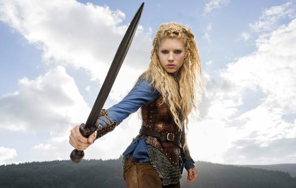 Картинка лес, небо, девушка, облака, пейзаж, горы, оружие, меч, прическа, блондинка, косички, сериал, кольчуга, Vikings, Викинги, …