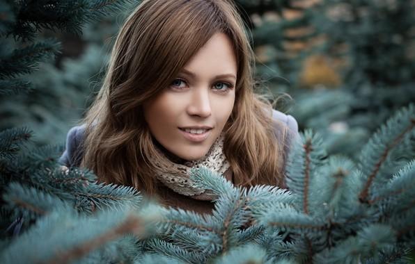Картинка взгляд, девушка, ветки, природа, лицо, портрет, макияж, шарф, прическа, шатенка, красивая, пальто, хвойные, боке