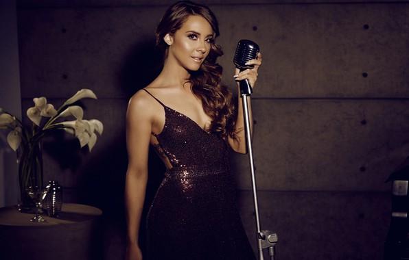 Картинка девушка, милая, женщина, модель, нежность, стройная, платье, прическа, красавица, декольте, микрофон, girl, красивая, кудри, длинные …