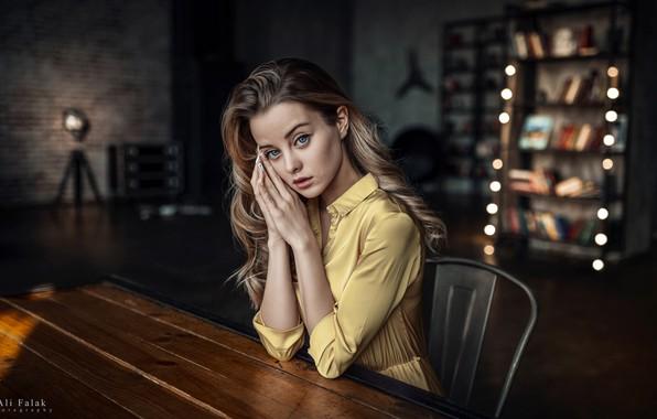 Картинка взгляд, девушка, модель, портрет, макияж, платье, прическа, сидит, боке, Maria, русая, жёлтое, за столом, Ali …