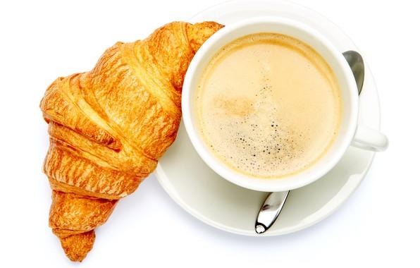 Картинка кофе, ложка, чашка, белый фон, напиток, вид сверху, блюдце, круассан
