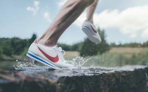 Картинка вода, брызги, ноги, кеды, бег, кроссовки, кросы, найк, nike