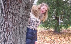 Картинка осень, взгляд, девушка, природа, мило, выглядывает, дерово, осень в парке